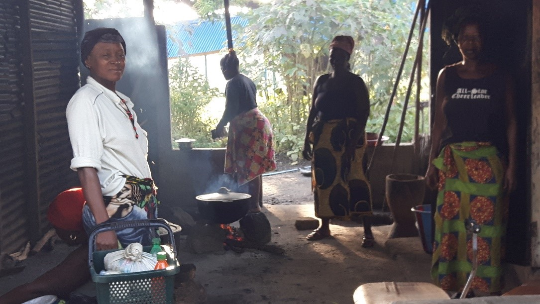 Masanga Hospital_familie maakt eten