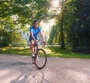 Tim Widdershoven op de fiets naar het werk